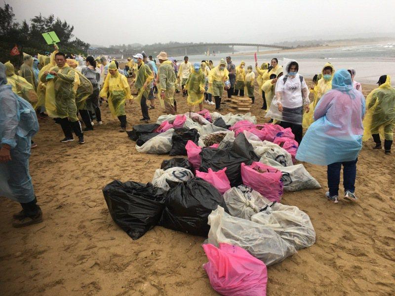靈鷲山新北A區今天動員250人到貢寮區挖子海灘撿拾上百公斤垃圾,協助守護福隆家園。圖/靈鷲山提供