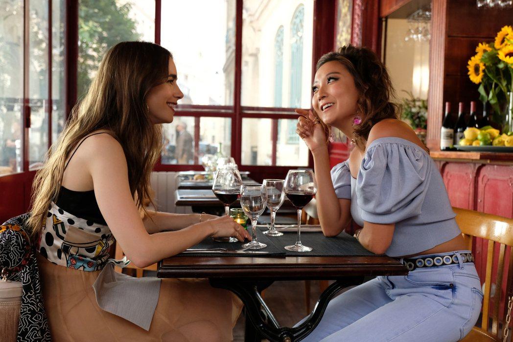 莉莉柯林斯(左)與百老匯女星陳敏迪(右)在「艾蜜莉在巴黎」的對手戲相當幽默。圖/...