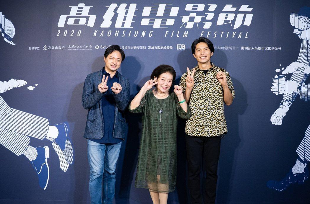 導演鄭有傑(左起)、陳淑芳以及姚淳耀為新片「親愛的房客」高雄電影節首映宣傳。圖/