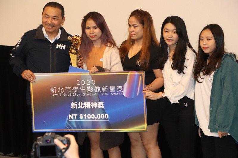 描寫越南新住民第二代故事的「在水一方」奪下新北精神獎,主角林芝蒂(左2)及母親(右3)也到場受獎。記者吳亮賢/攝影