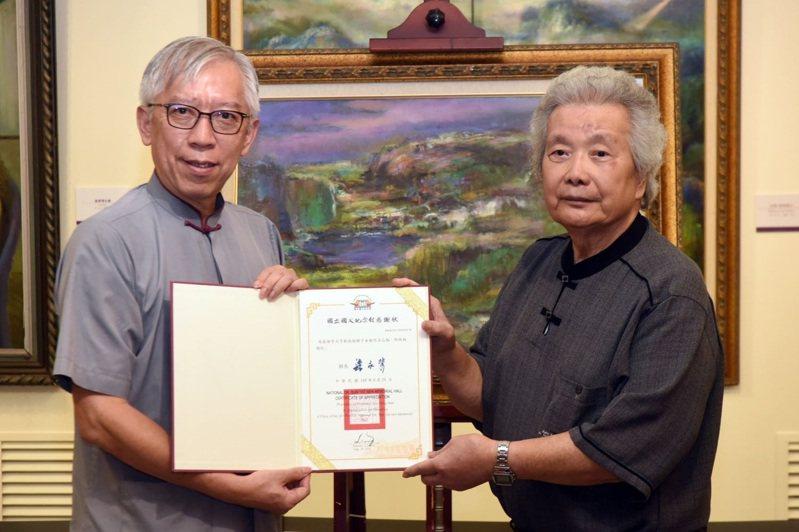 李元亨(右)於去年個展活動上贈送畫作予國父紀念館,館長梁永斐回贈感謝狀。圖/文化部提供