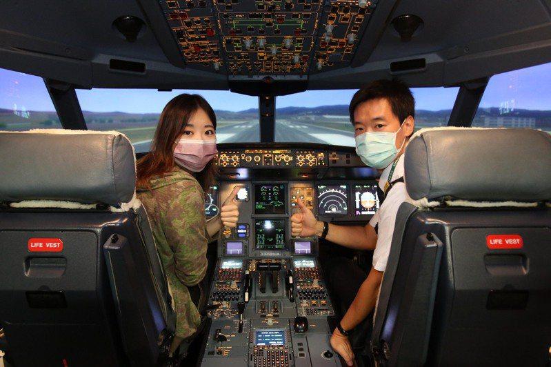 學員在機長細心指導下,航機順利起降、一圓機長夢。 圖/長榮航空提供