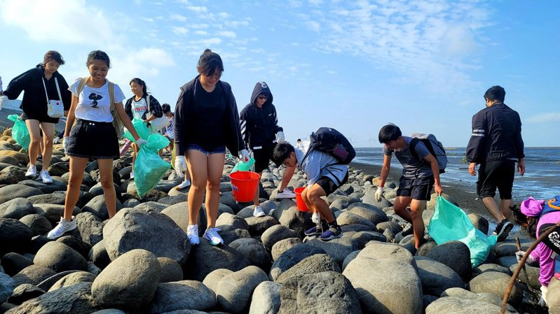 彰化縣環保團體昨號召3千人在芳苑、大城淨灘,許多學校與家長帶小朋友一起參與。圖/柯伯儒提供