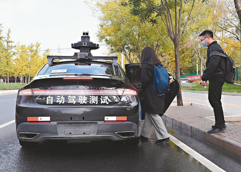 近日,百度公司宣布向北京公眾開放自動駕駛出租車服務,市民可通過百度地圖及Apollo GO App一鍵呼叫,免費搭乘體驗百度自動駕駛出租車。圖為民眾試乘。(新華社)