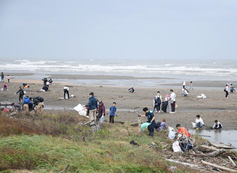 和泰TOYOTA集團舉辦淨灘減塑,上萬人在桃園觀音區海岸撿拾垃圾、寶特瓶等廢棄物。記者曾增勳/攝影