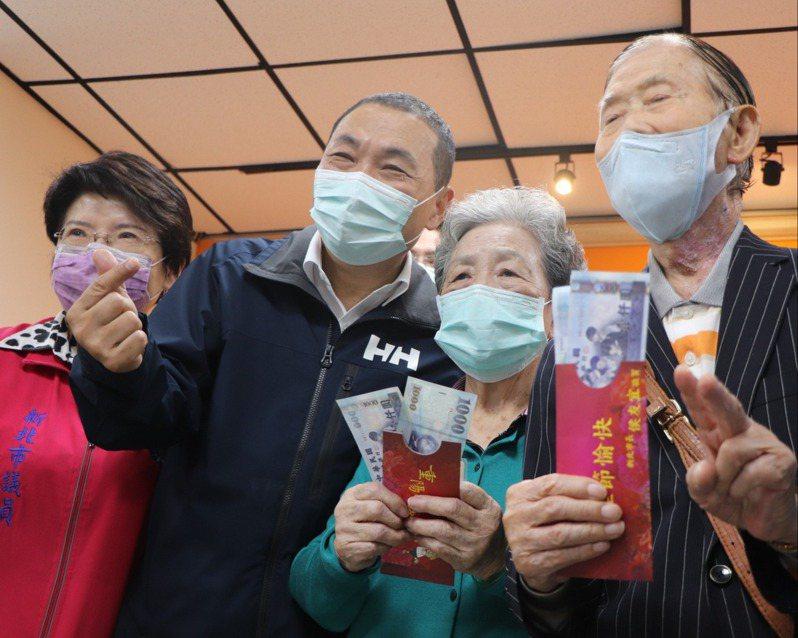 新北市長侯友宜(左2)昨發重陽禮金給95歲鄧牧民(右1)及88歲陳朱淑瑛(右2)。記者吳亮賢/攝影