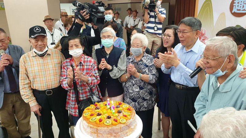 北市長柯文哲(右二)與90歲以上長者切蛋糕慶祝重陽節。記者胡瑞玲/攝影