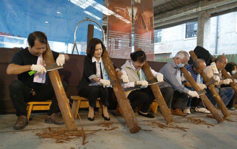 宜蘭縣長林姿妙(左二)體驗人工「黜柴皮」做製紙原料。 記者戴永華/攝影