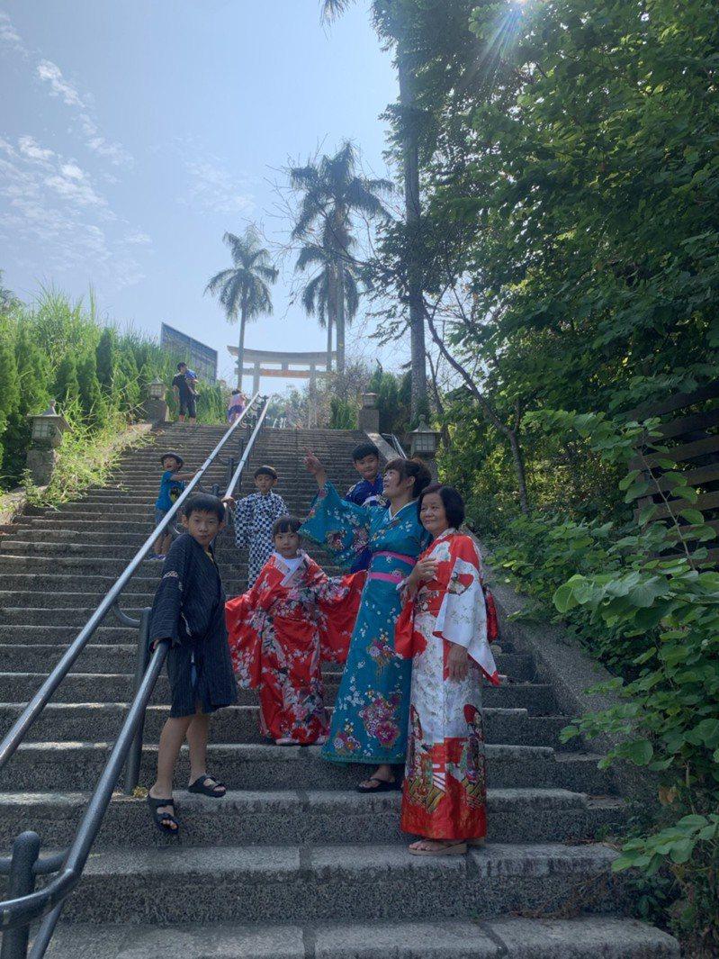雲林林中國小昨辦「林內神社和服節」,讓民眾不用出國,就能徜徉在東洋文化中。記者陳苡葳/攝影
