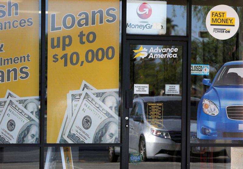去年美國人以40到55歲X世代平均負債最高,達135,841美元。圖為美國的貸款商店。(路透)