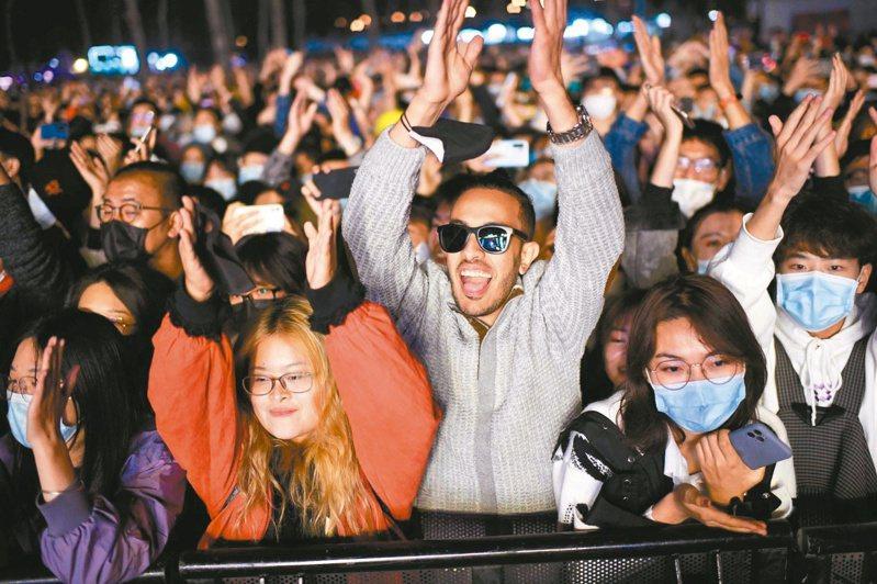 在北京生活的外國人逾廿萬,包括不少美國人。圖為外國人參加北京音樂節活動。(法新社)