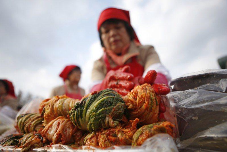 南韓今年夏季遭遇多個強颱侵襲,加上出現史上最長的梅雨季,暴雨成災導致當地白菜價格大漲,引發「泡菜危機」。路透