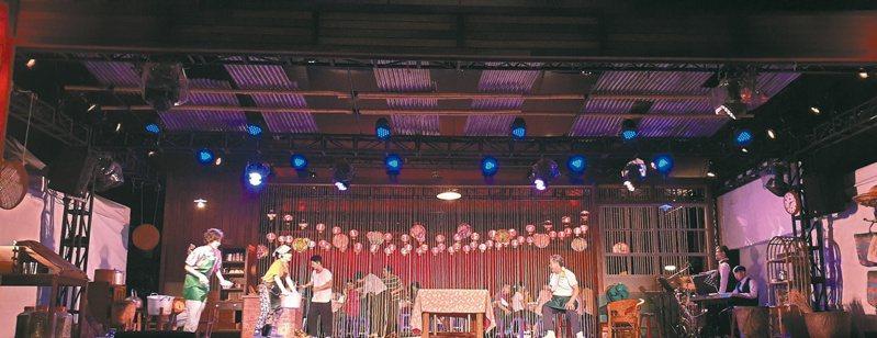 兩廳院自製音樂劇「十二碗菜歌」,將台灣辦桌文化改編成音樂劇,並在廟口搭起舞台與帳篷,一邊看「辦桌戲」一邊吃「辦桌菜」。記者陳宛茜/攝影