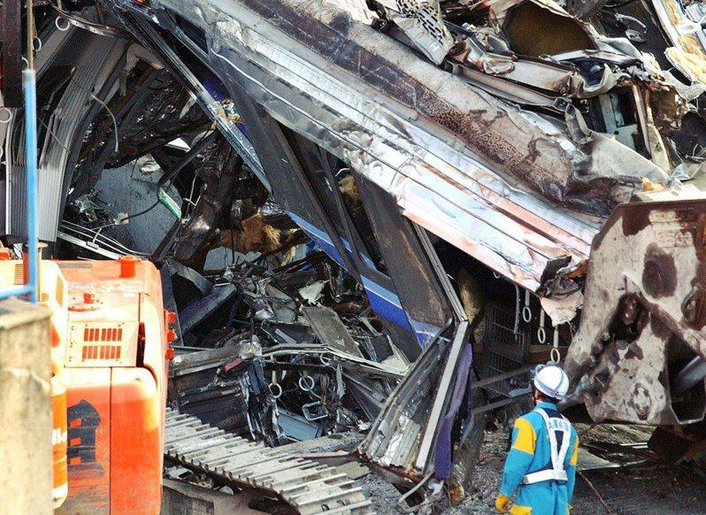2005年4月25日,日本JR福知山線出軌事故,造成107人死亡、562人輕重傷。發生至今15年來,日本或是國際上都有不少探討事故發生的原因;然而這起重大影響的事故,背後的潛在問題其實相當複雜。 美聯社