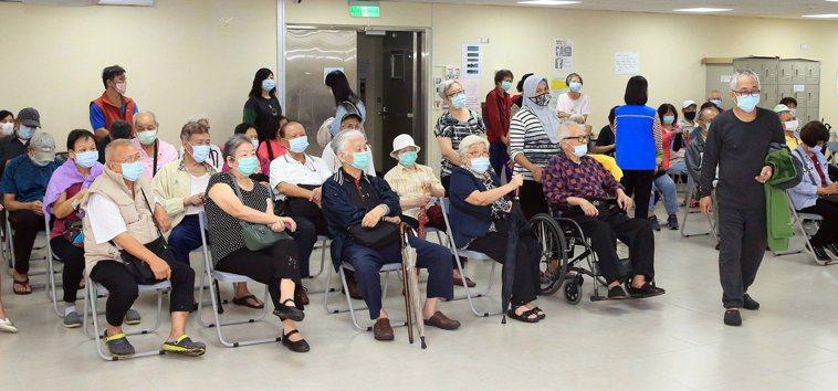 自費疫苗也吃緊 衛福部宣布暫緩五十到六十四歲健康成人接種公費流感疫苗,全台各地昨...