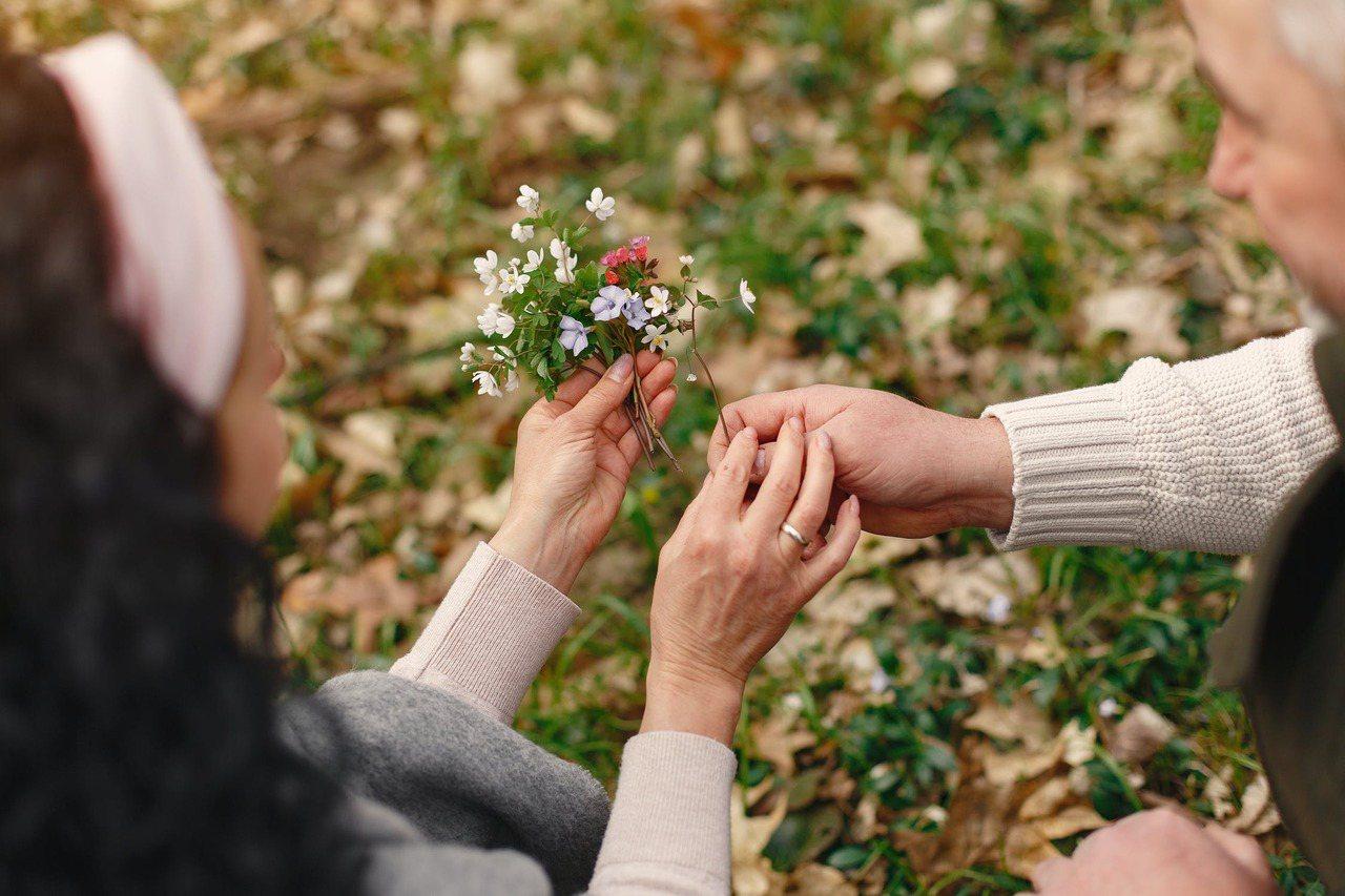 夫妻之間要會調情,兩性關係不是只有「性」,要談愛、談情。 圖/安可人生