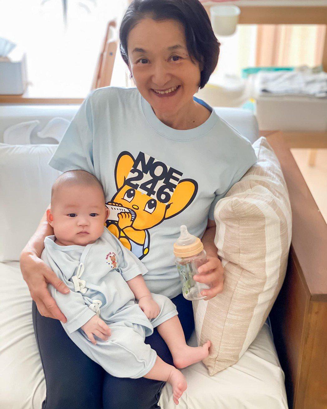 媽媽譚艾珍每天都幫忙照顧兒子。 圖/擷自歐陽靖臉書