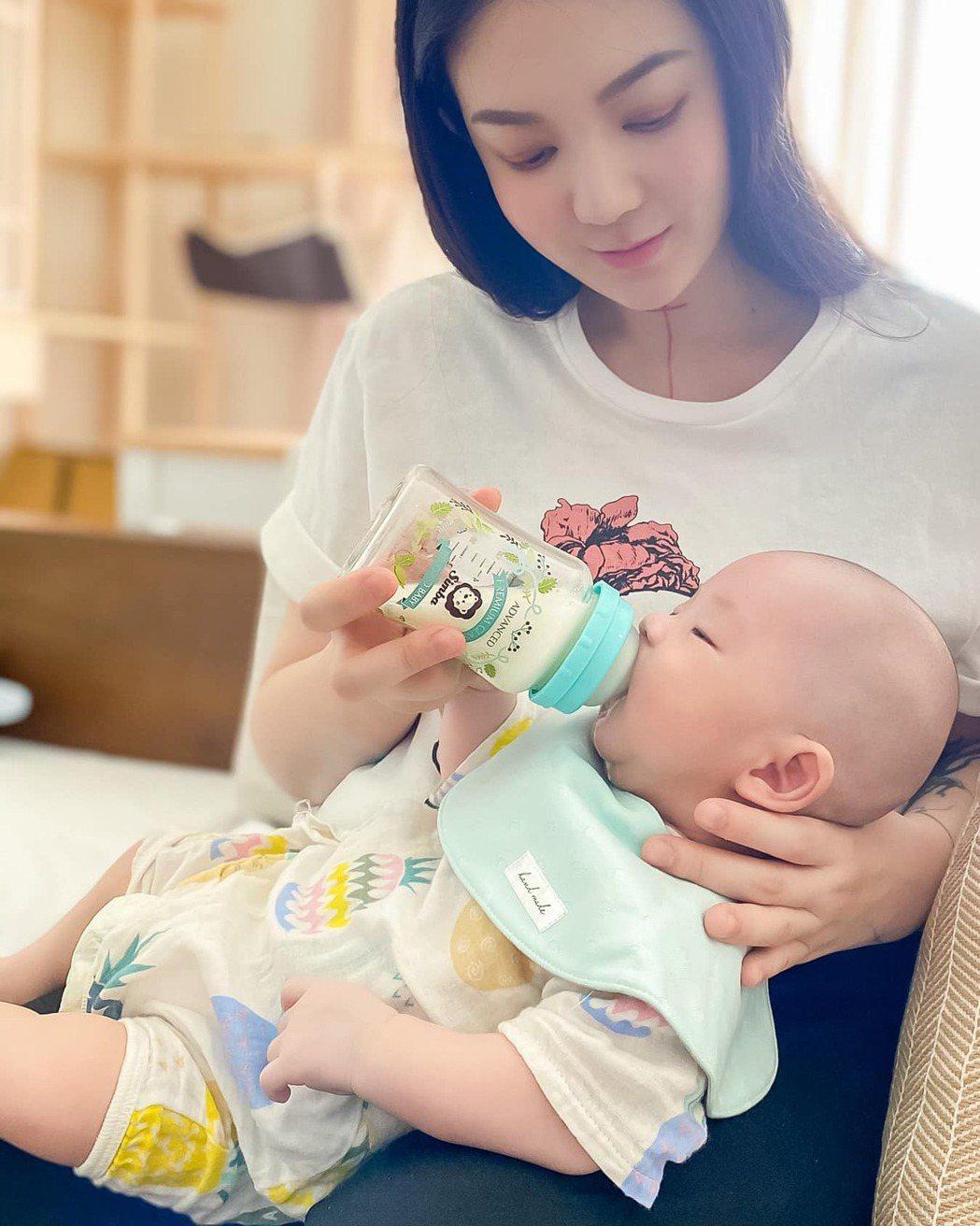 剛當新手媽媽的歐陽靖坦言有產後憂鬱。 圖/擷自歐陽靖臉書