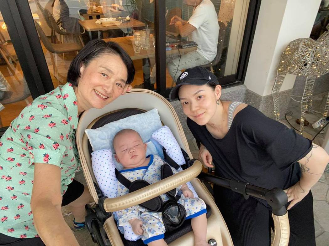 歐陽靖與媽媽譚艾珍一起照顧孩子。 圖/擷自譚艾珍臉書