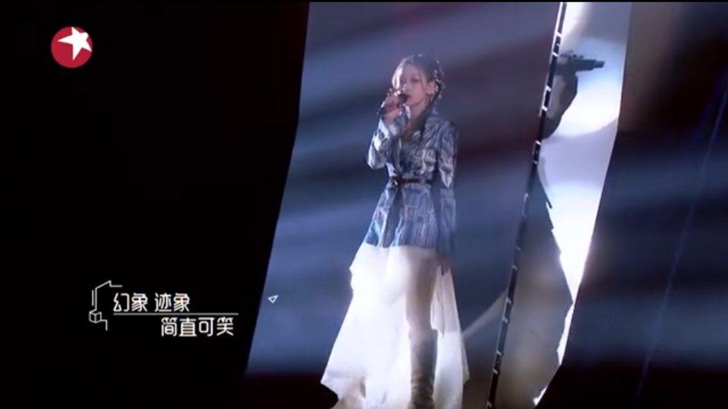 容祖兒與希林娜依高合唱「母系社會」,歌詞多處遭修改。 圖/擷自我們的歌微博
