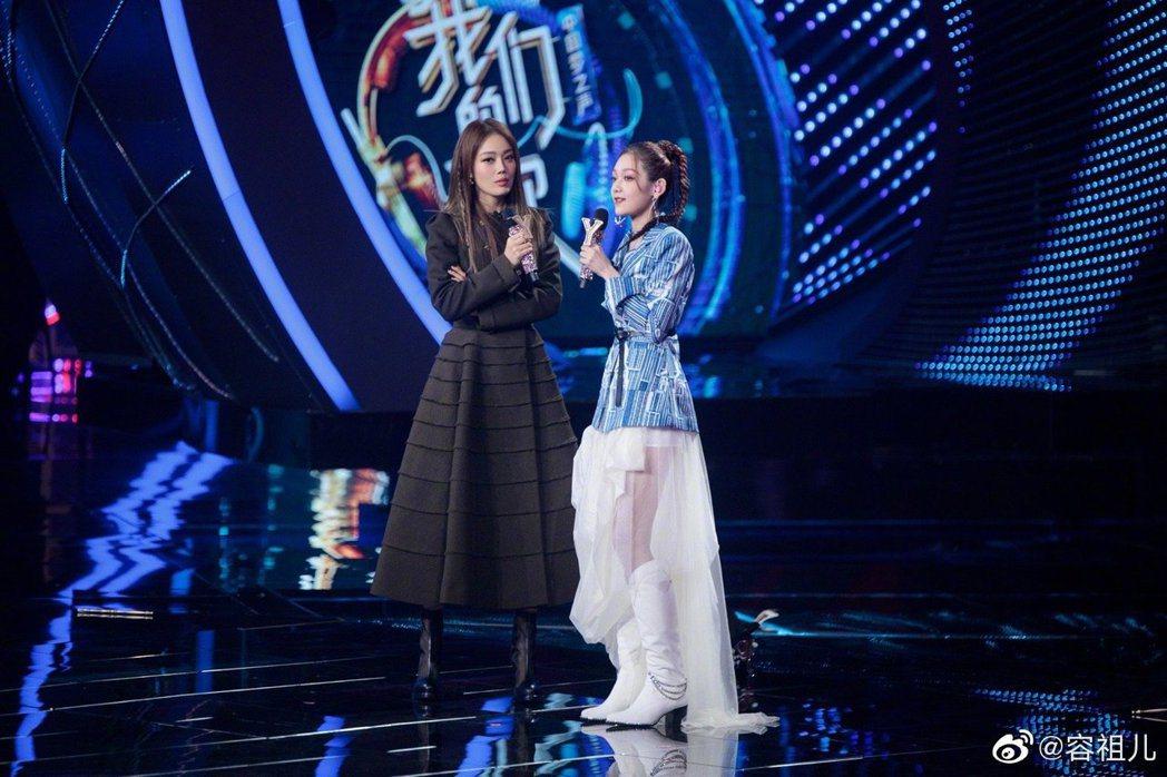 容祖兒與希林娜依高合唱「母系社會」,歌詞多處遭修改。 圖/擷自容祖兒微博
