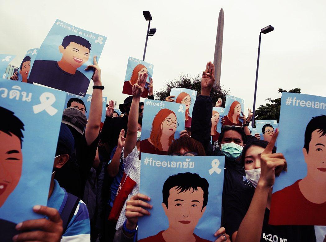 經過曼谷街頭鎮壓後,口號已升級為「首相帕拉育下台」及「即刻釋放所有被捕的抗爭夥伴...