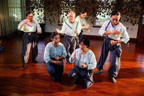 居民在《記憶的編織》中認真演出。  圖/阿伯樂戲工場提供