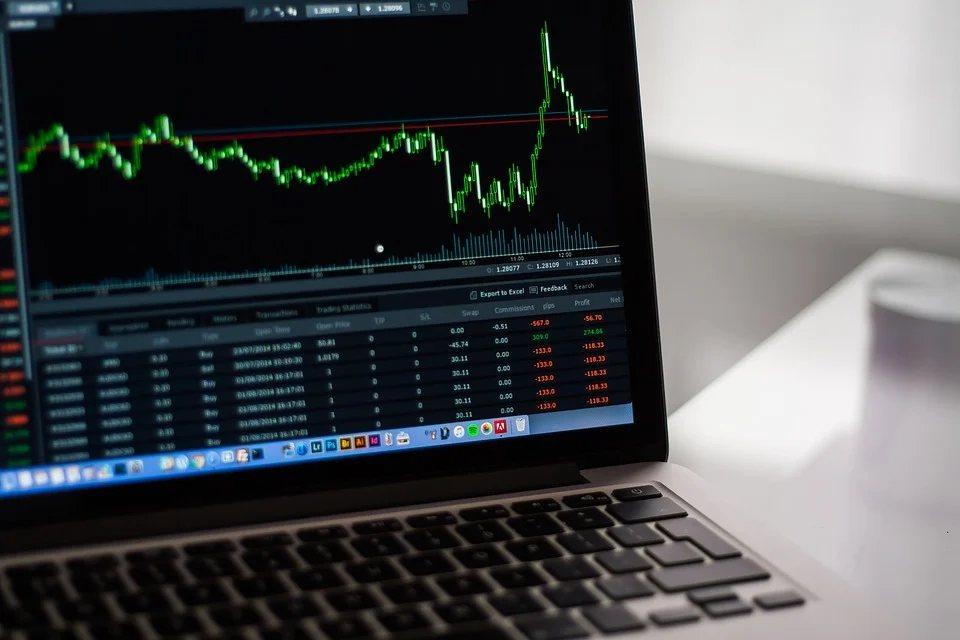 當市場大幅反向波動的時候,緊盯股票走勢進行的「高拋低吸」交易大概只會徒增的交易成...