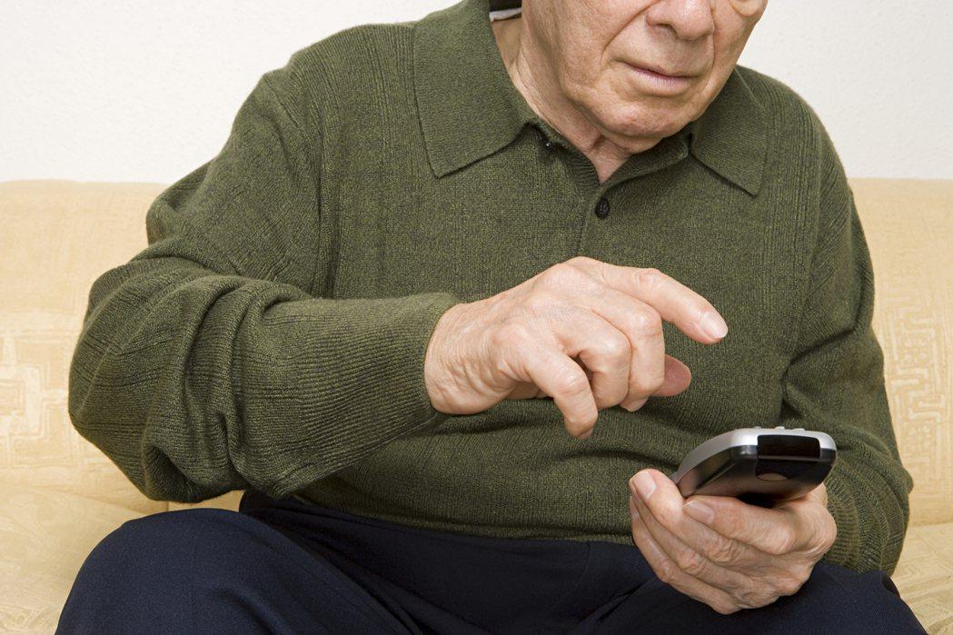 隨著年紀增長,也隨著手機增加,長輩們,也開始會勤用手機了,於是各位手機𥚃,接受了...