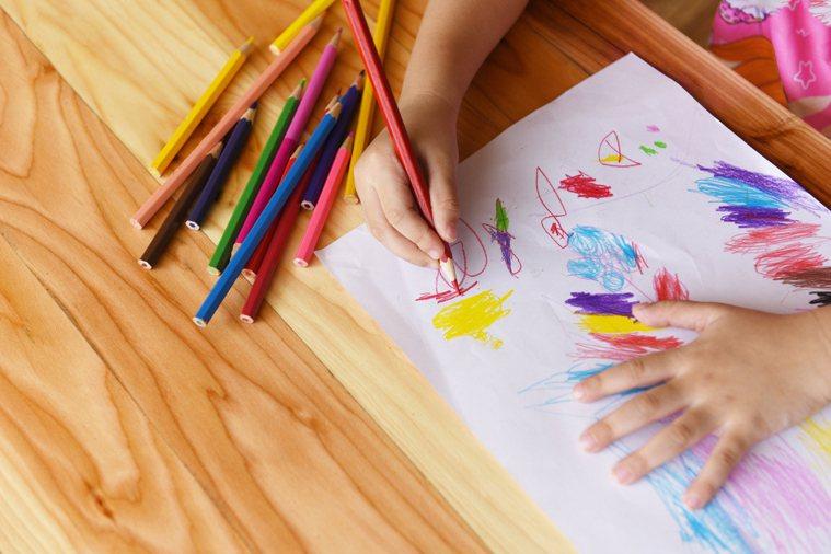 你也許忘了,當你小孩子的時候,你只要寫一個字,畫一個圖,你的父母會在身旁,問你:...