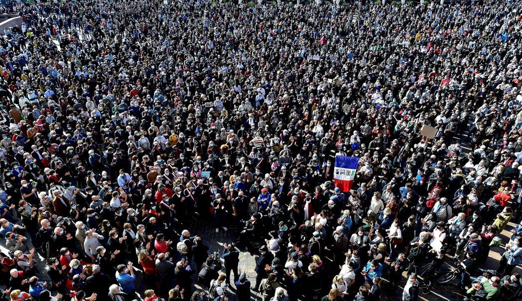 法国教育界也在10月18日发起了追悼游行,一方面要纪念「为了教育而遇害」的帕蒂老...