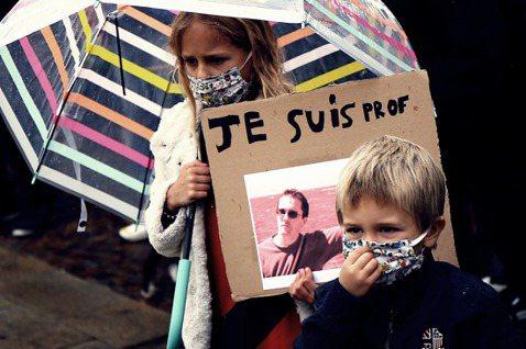 「我們都是老師。」10月16日,法國巴黎西北郊區一名47歲的歷史老師薩莫爾.帕蒂...