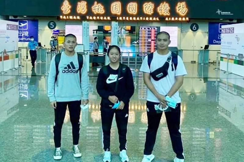 黃晴(中)與高揚傑、潘柏瑋一起赴日留學。 台日野球留學支援提供