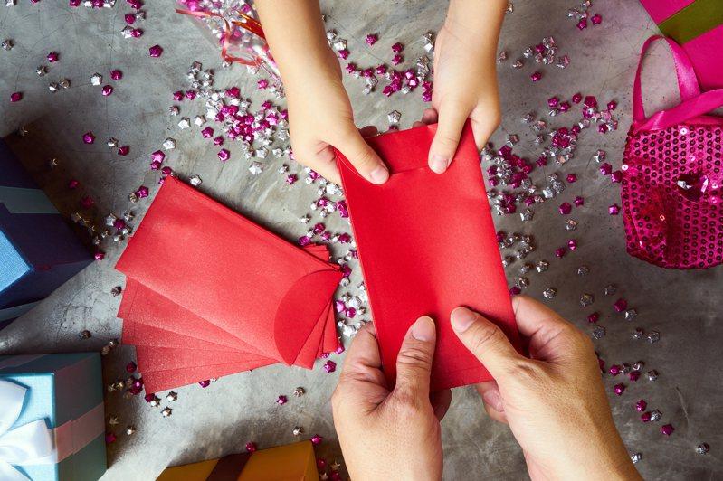 台灣習俗大多以紅包裝載結婚禮金,上頭書寫吉祥話以示祝福。示意圖/Ingimage