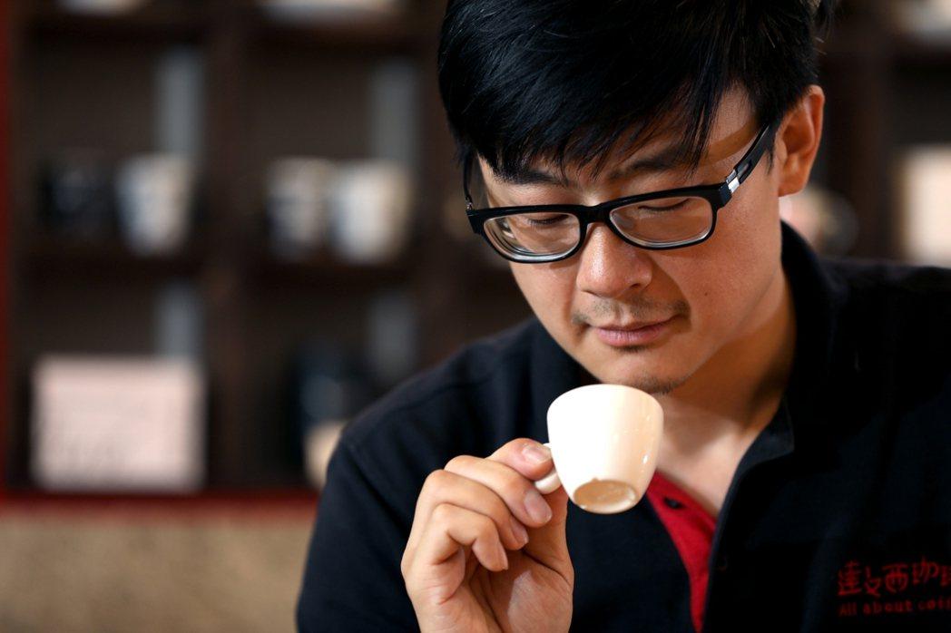 咖啡職人蔡治宇對於罐裝咖啡的測評表現感到驚喜,尤其是拿下本土品牌第一名的「黑金剛...