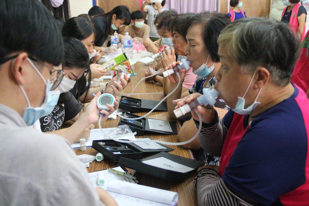 弘光語聽系師生走入社區幫長輩檢查吞嚥、舌頭肌力、呼吸功能。