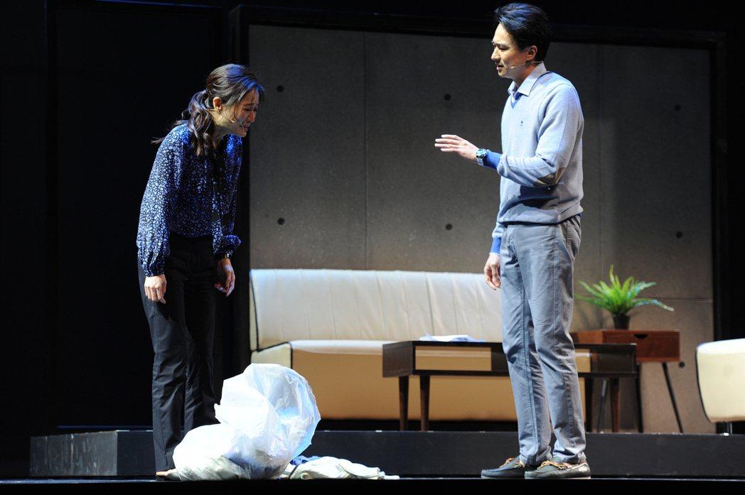 故事工廠舞台劇「我們與惡的距離」,演員尹馨(左)、狄志杰(右)演出夫妻失和橋段。...