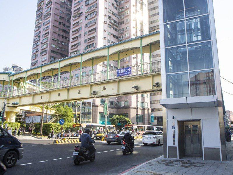 新北重陽陸橋是全省少數增設電梯的陸橋。記者王敏旭/攝影