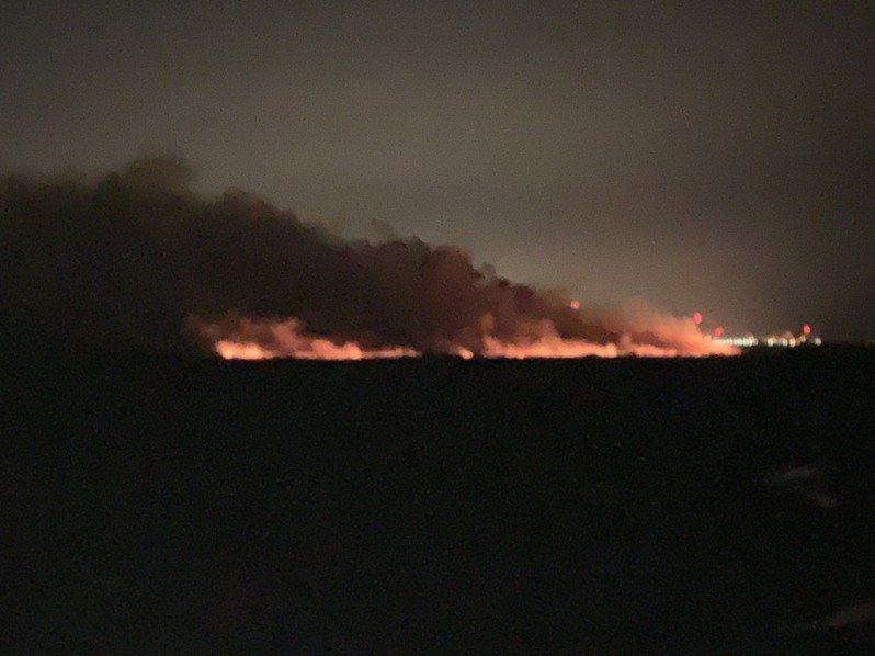 麥寮濁水河床夜火燎原,造成空氣品近不佳,籲請民眾出門帶口罩。圖/麥寮鄉代吳明宜提供