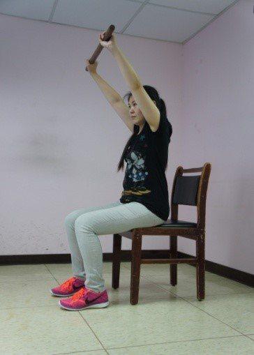 高齡者不一定出門才能運動,家中只要有一把穩固的木椅 ,加上棍子、小球、彈力帶等小...