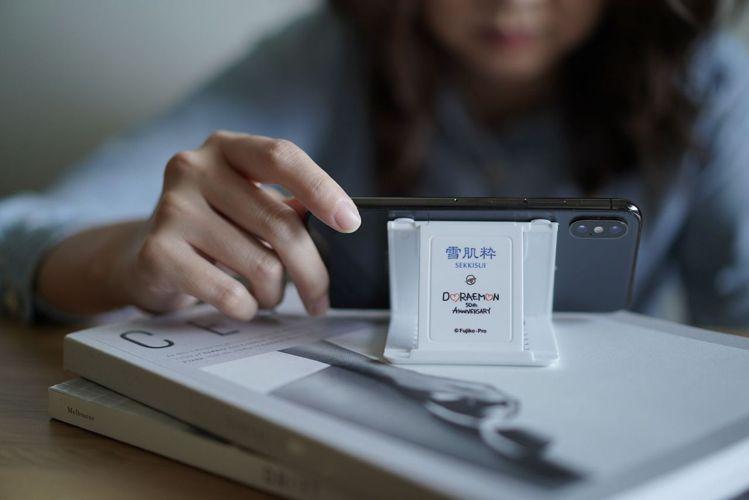雪肌粋哆拉A夢多角度手機架,為哆啦A夢50週年設計圖案,共有6段角度可自行調整。...