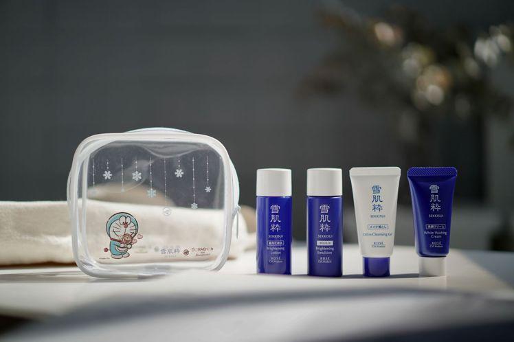 雪肌粋哆拉A夢透明化妝包,防水材質加上哆啦A夢50週年設計與繽紛雪花圖樣,裝雪肌...