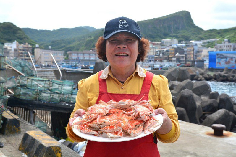 在假日活蟹市集,新北漁村媽媽精選萬里蟹等你入手,快來吹海風吃螃蟹。圖 / 新北市漁業處提供