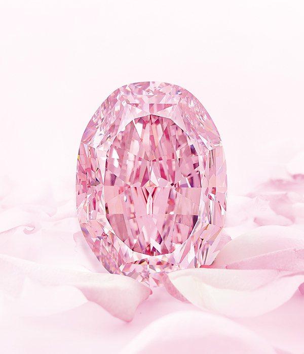 14.83克拉、內部無瑕的艷彩紫粉紅色鑽石「玫瑰花韻」,估價約6.6億元台幣(2...