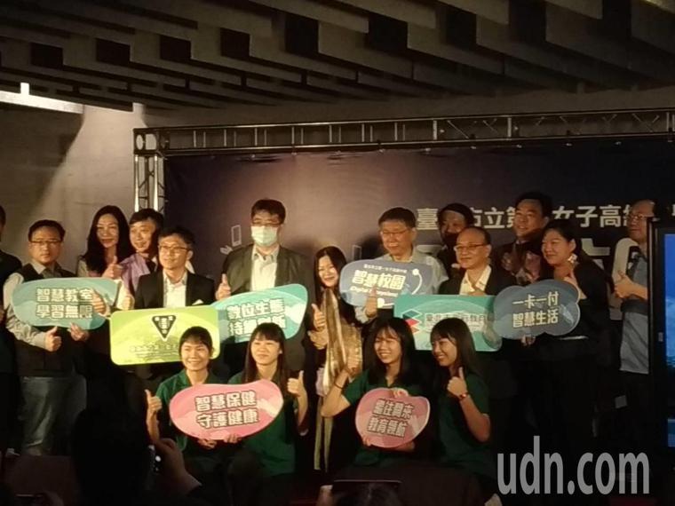 柯文哲提到,北市府今天晨會也討論疫苗之亂的緊急善後,台北市學校準備的18萬劑疫苗...