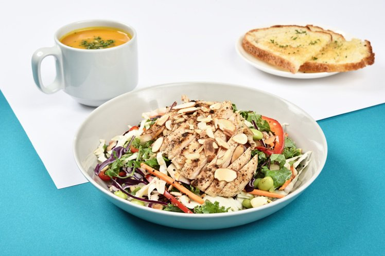 忠孝店限定「泰式彩虹雞肉黎麥沙拉」,每份270。圖/雄獅提供