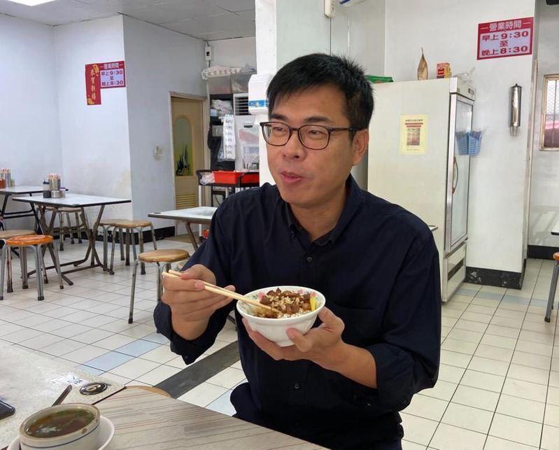 高雄市長陳其邁最近大玩滷肉飯哏,行銷庶民小吃,也想展現接地氣作風。翻攝自陳其邁臉書