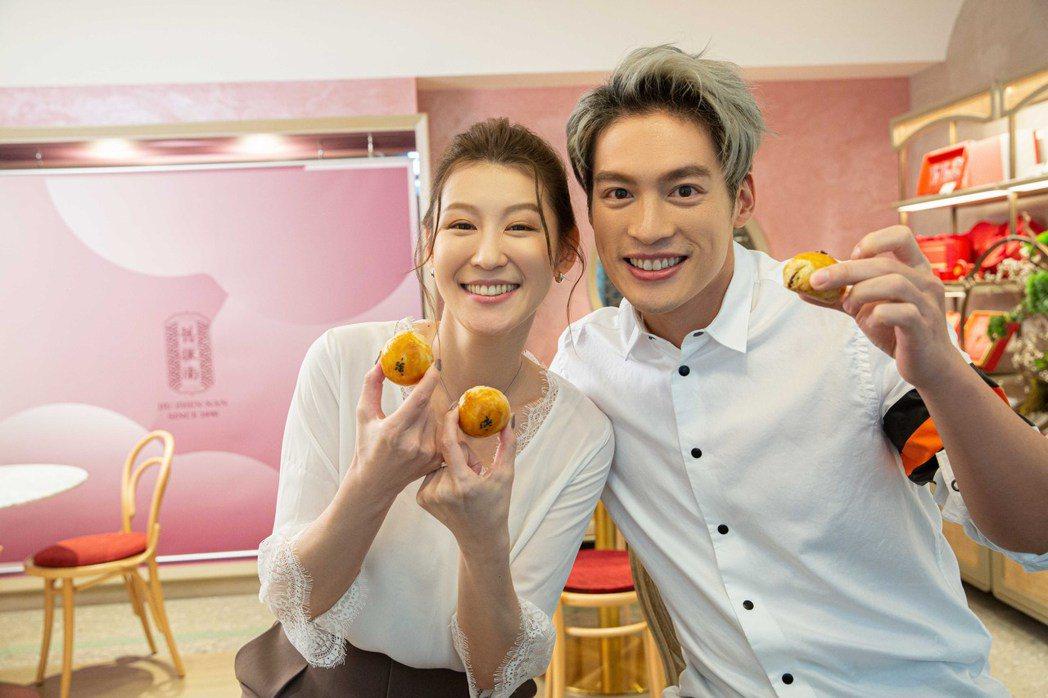 許孟哲(右)、趙孟姿動手做蛋黃酥。圖/凱渥提供