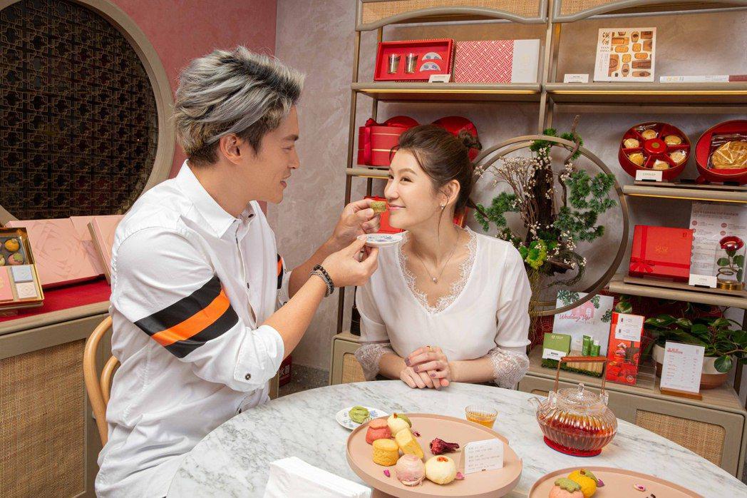 許孟哲(左)、趙孟姿夫妻挑選喜餅。圖/凱渥提供