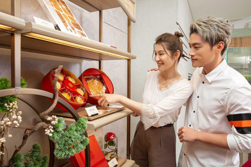 許孟哲(右)、趙孟姿夫妻挑選喜餅。圖/凱渥提供